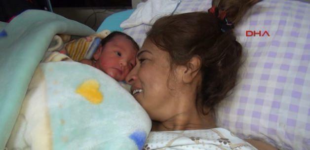 Göçükten kurtuldu, 10 gün sonra bebeği oldu