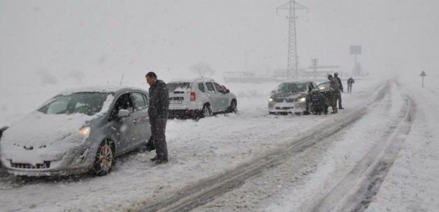 Kar yolları kapattı, okullar tatil oldu
