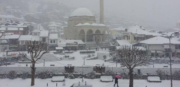 Kosova'da kar yağışı hayatı felç etti