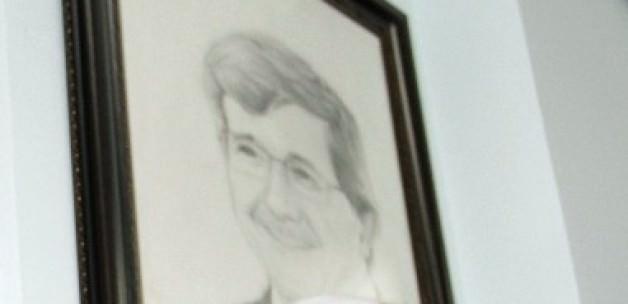 Olmayan elleriyle Davutoğlu'nun portresini çizdi