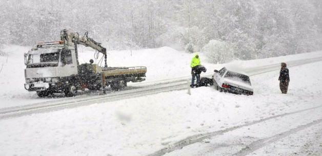 Yoğun kar araçları yolda bıraktı