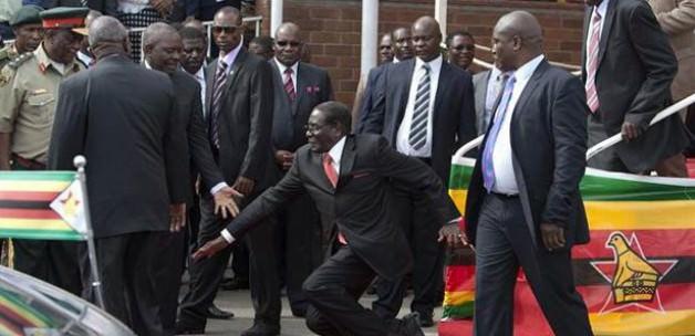 Zimbabwe Cumhurbaşkanı düştü