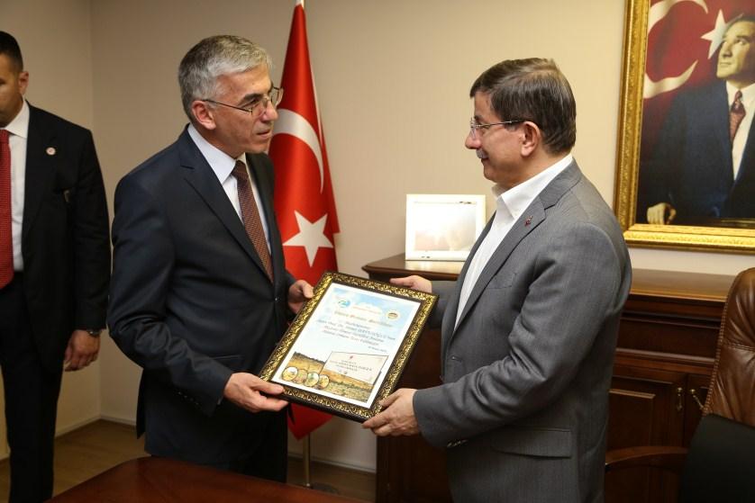 Başbakan Davutoğlu Aksaray valiliğini ziyaret etti