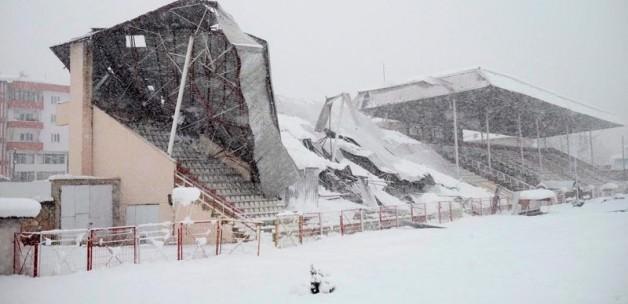 Bilecik'te stadyum çatısı çöktü