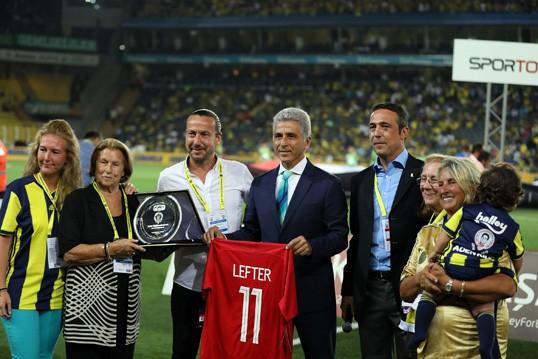 Ali Koç'tan Lefter'in ailesine plaket