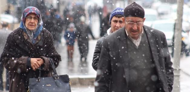 Erzurum'da kar yağışı şehri beyaza bürüdü